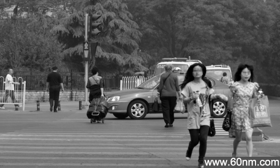 6旬老人每日200个90度鞠躬劝穿行路人_大千世界