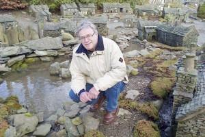 英退休男子25年打造百余微观地标_大千世界