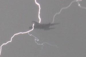 客机途中遭闪电袭击幸运安全着陆_大千世界