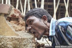 奇葩!印度男子嗜好啃食砖块泥巴_大千世界