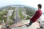 英男子百米高桥顶无防护玩命表演后空翻_大千世界