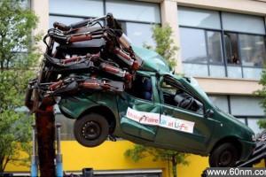 8米长机械手臂捏碎汽车_大千世界