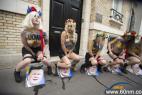 女权组织裸上身抗议 当众尿湿乌总统_大千世界