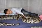 13岁小男孩与巨蟒同居12年 人蛇同床_大千世界
